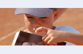"""Reportaj: """"Tenisul formează caractere"""". Juniorii din Circuitul Național l-au primit, în dar, pe Federer"""